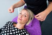 γυναίκα έχοντας πέρασμα κλωστής σε βελόνα διαδικασία αποτρίχωσης — Φωτογραφία Αρχείου