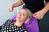 Frau mit threading haar-deinstallation — Stockfoto