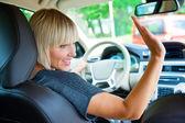 Aantrekkelijke vrouw stuurprogramma in haar auto — Stockfoto