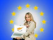 Žena drží notebook s kyperská vlajka — Stock fotografie