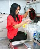 Mujer atractiva usar lavavajillas — Foto de Stock