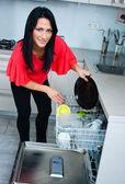 食器洗い機を使用して魅力的な女性 — ストック写真