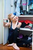 Teen girl making selfie in her room — Stok fotoğraf