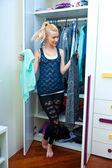 Dziewczyna wybór ubrania przed szafie — Zdjęcie stockowe