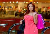 Çekici kadın alışveriş torbaları — Stok fotoğraf