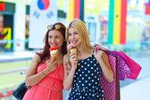 δύο κορίτσια με παγωτό — Φωτογραφία Αρχείου