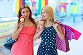 两个女孩与冰淇淋 — 图库照片