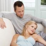 mladý pár lenošení doma a drželi se za ruce při posezení na bílé pohovce — Stock fotografie