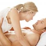 romantica coppia baciarsi mentre nel letto — Foto Stock