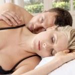 Nahaufnahme eines jungen Paares im Bett — Stockfoto