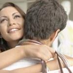 買い物袋を抱き締める若いカップルのクローズ アップ — ストック写真