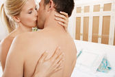 Close up of a nude couple kissing in a bedroom. — 图库照片