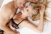 Close up of a sexy couple kissing and playing in bed. — Stock Photo