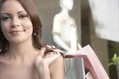 关闭一名年轻女子的时尚商店,握着购物袋. — 图库照片