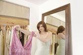女性のファッション店の新しい購入を示す. — ストック写真