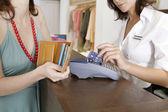 Kredi kartı bir kart okuyucu süpürme mağaza görevlisi detayını yukarı kapatın. — Stok fotoğraf