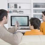 babası ile tarassut tv, uzaktan kumanda kullanarak ikiz kardeşler — Stok fotoğraf