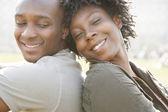 Молодой афроамериканец пара сидя спина к спине во время посещения Лондона на отдыхе — Стоковое фото