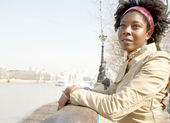 African american woman sightseeing in London's river Thames — Stock Photo