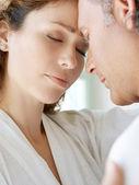 Close-up de um casal maduro, em casa, abraçando com suas testas juntas. — Foto Stock