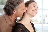 Close-up van een volwassen paar wordt aanhankelijk thuis. — Stockfoto
