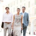 tým tří podnikání společně procházeli klasické náměstí s kancelářské budovy v pozadí během slunečného dne — Stock fotografie