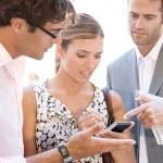 squadra di tre affari occupato raccogliendo attorno a un incontro informale all'aperto — Foto Stock