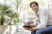 Молодой предприниматель, с помощью мобильного телефона кусок уха говорить по телефону — Стоковое фото