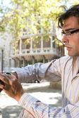 Saatini kontrol genç işadamı portresi profili — Stok fotoğraf