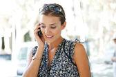 Porträtt av en attraktiv affärskvinna med ett samtal om hennes smarta telefonen — Stockfoto