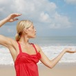 pratik Yoga bir plajda çekici genç bir kadın — Stok fotoğraf