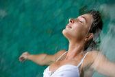 年轻女子漂浮在一个游泳池的水度假. — 图库照片