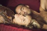 躺在一张沙发一对年轻夫妇的肖像. — 图库照片