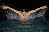 Entrenamiento del nadador olímpico para el estilo mariposa en piscina. — Foto de Stock