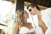 Jonge aantrekkelijke paar in een exotische hotel, ongeveer te kussen. — Stockfoto