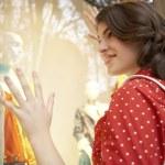 giovane donna guardando la vetrina di moda, sognando di giorno — Foto Stock