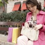 νεαρή γυναίκα, αναζήτηση μέσω της handback — 图库照片