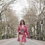 giovane donna alla moda, percorrendo una strada pedonale — Foto Stock