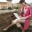 Attractive young woman using a laptop outdoors. — Стоковая фотография