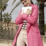 giovane donna elegante abbracciando un computer portatile all'aperto — Foto Stock