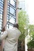 Zakenman golfen in het midden van de financiële wijk. — Stockfoto