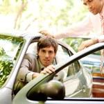 två attraktiva affärsmän med en smart-bil — Stockfoto