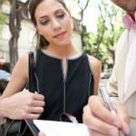 attraktive Geschäftsmann und Geschäftsfrau, die Treffen in einer klassischen Stadtstraße — Stockfoto