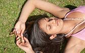Adolescente india que se establecen en la hierba verde — Foto de Stock