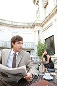 Affärskvinna som sitter på kafé terrass har en rörlig cell telefonerna konversation — Stockfoto