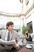 Empresária, sentado no terraço de café a ter uma conversa móvel celular — Foto Stock