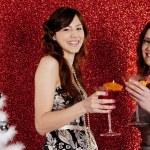 zwei junge Frauen, Cocktails trinken und Spaß mit einem Weihnachtsbaum — Stockfoto #22106975