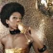 atraktivní černá žena v nočním klubu pití šampaňského — Stock fotografie