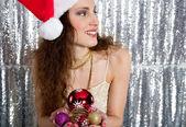 Mujer atractiva joven sosteniendo una variedad de árbol de navidad bolas de bar — Foto de Stock