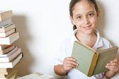 Bir genç kız evde kitap okurken yakın çekim — Stok fotoğraf